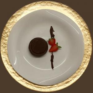 Tortino di cacao farcito ai lamponi e glassato al cioccolato