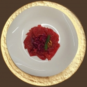 Manzo marinato alle spezie su letto di crauto rosso e noci